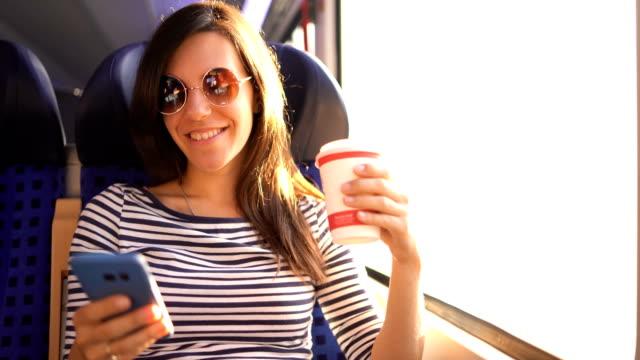 telefonauf einer zugfahrt verwenden - bus stock-videos und b-roll-filmmaterial