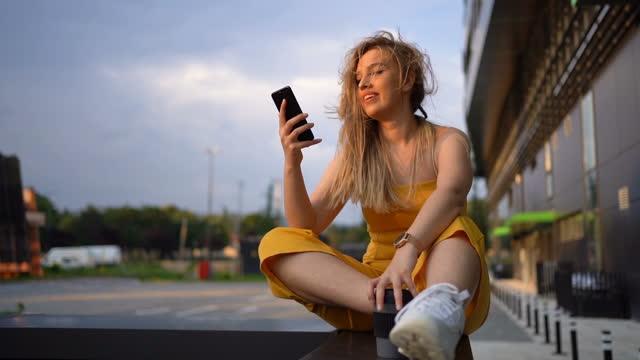 vidéos et rushes de utilisation du téléphone à l'extérieur - la vingtaine
