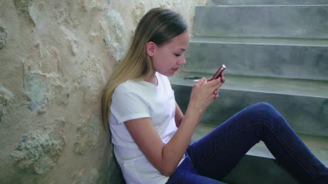using phone - 12 13 år bildbanksvideor och videomaterial från bakom kulisserna