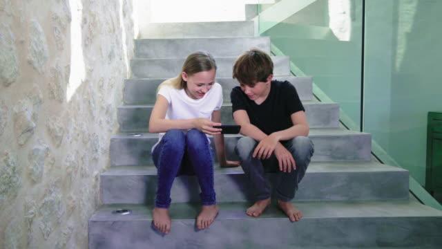 stockvideo's en b-roll-footage met using phones - 12 13 jaar