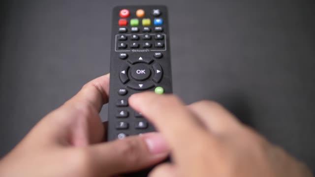 リモートコントロールを使用して - テレビのリモコン点の映像素材/bロール