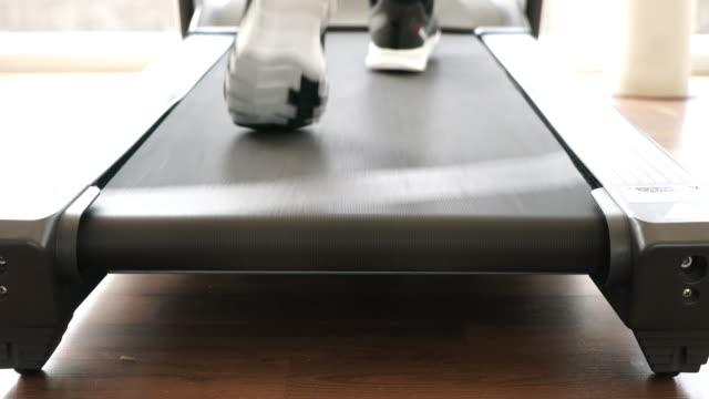 ランニングマシンを使用 - アスレチック点の映像素材/bロール