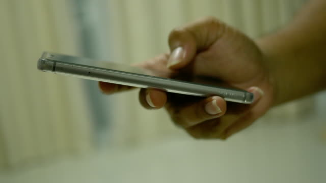 vidéos et rushes de à l'aide de téléphone intelligent au moment de la nuit - pushing