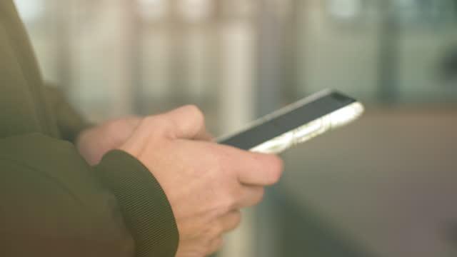 駅でのスマートフォンの使用 - ウィンターコート点の映像素材/bロール