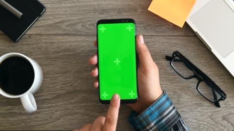 vídeos y material grabado en eventos de stock de usando el teléfono inteligente muestra chromakey - chroma key