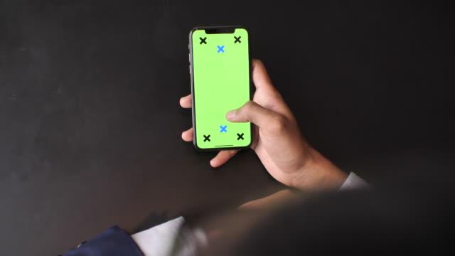 vídeos y material grabado en eventos de stock de usando el teléfono inteligente, pantalla verde, cierre para arriba - vista por la espalda