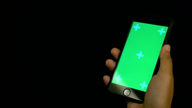 med hjälp av smart telefon grön skärm, iphone - över axel perspektiv bildbanksvideor och videomaterial från bakom kulisserna