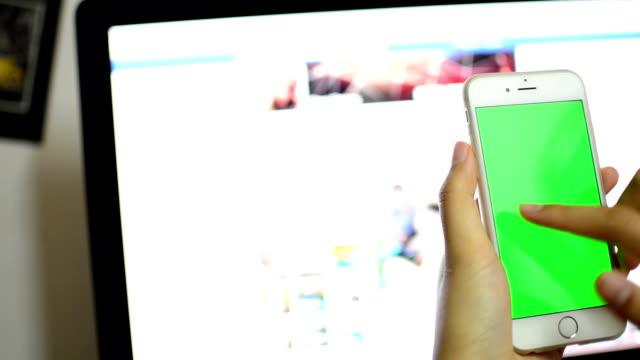 Mit Smartphone grünen Bildschirm.