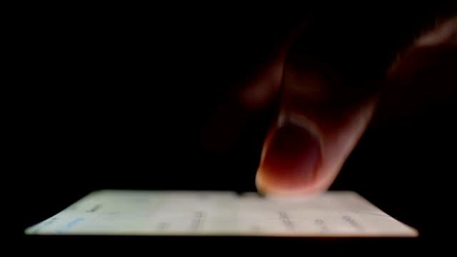 mit smartphone in die dunklen, nahaufnahme - abspann stock-videos und b-roll-filmmaterial
