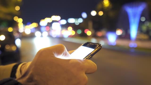 Met behulp van slimme telefoon op straat close-up.