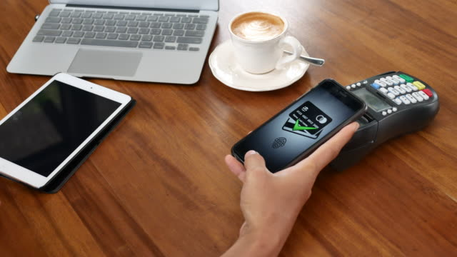 mittels smartphone bezahlen kontaktloses bezahlen - bezahlen stock-videos und b-roll-filmmaterial