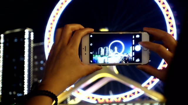 using smart phone take photo in city night - subjektive kamera blickwinkel aufnahme stock-videos und b-roll-filmmaterial