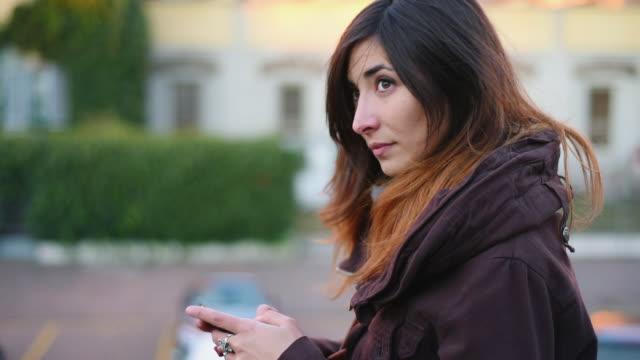 vídeos de stock, filmes e b-roll de using smart phone - olhando ao redor