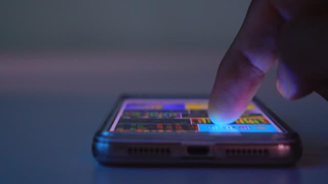 スマートフォンを使用して - 引きずる点の映像素材/bロール