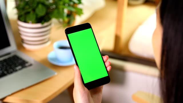vídeos de stock, filmes e b-roll de usando o telefone inteligente com tela verde - touchpad
