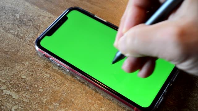 スタイラスペンでスマートフォンを使用する - 空白の画面点の映像素材/bロール