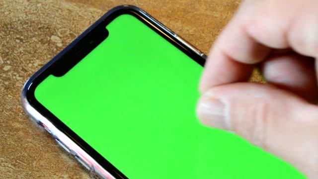 スマートフォンを保持せずに使用する - 空白の画面点の映像素材/bロール