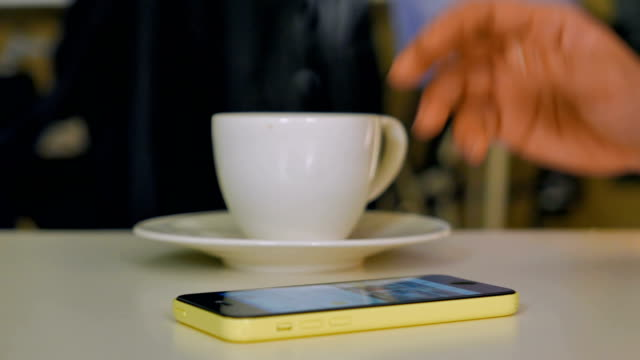vídeos de stock, filmes e b-roll de o uso de smartphone - modelo web