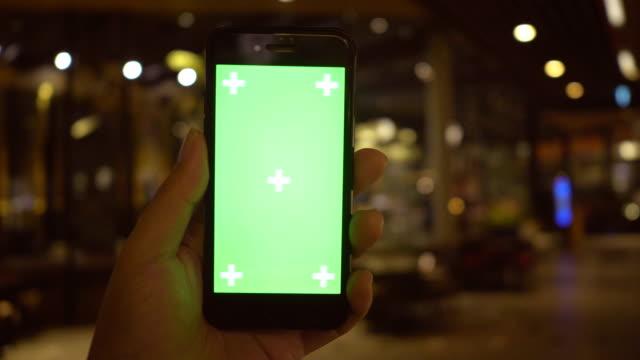 vidéos et rushes de à l'aide de smartphone avec écran vert - fond vert