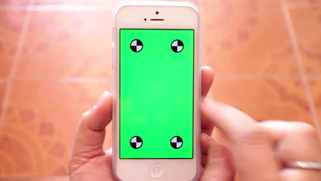 utilizzando uno smartphone, schermo verde - evento in diretta video stock e b–roll