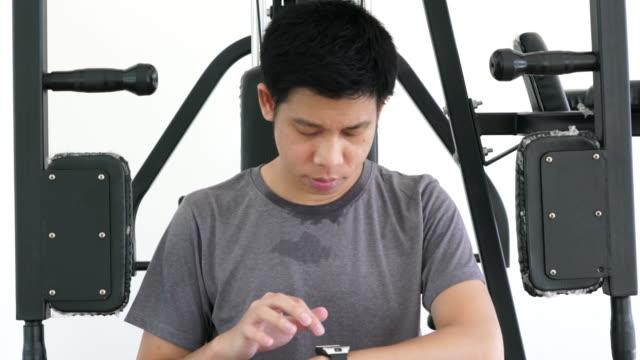vidéos et rushes de utilisant smartwatch pour les activités de remise en forme - bring your own device
