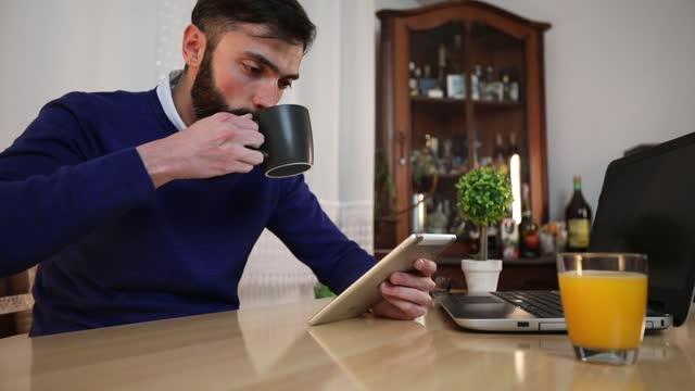 tablet zu hause verwenden - content stock-videos und b-roll-filmmaterial
