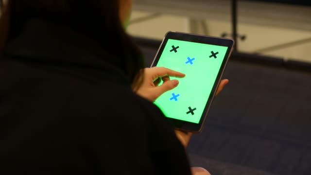 vídeos y material grabado en eventos de stock de uso de la pantalla de la tableta verde - deberes