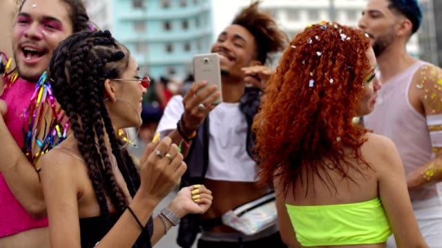 vídeos de stock e filmes b-roll de using technology at carnival - carnaval evento de celebração