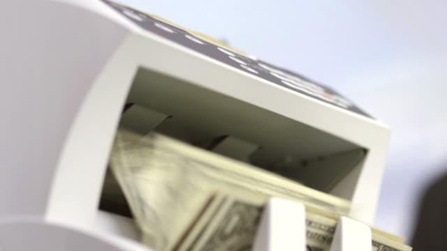 vídeos y material grabado en eventos de stock de hd: usando el contador de dinero de la máquina - manojo