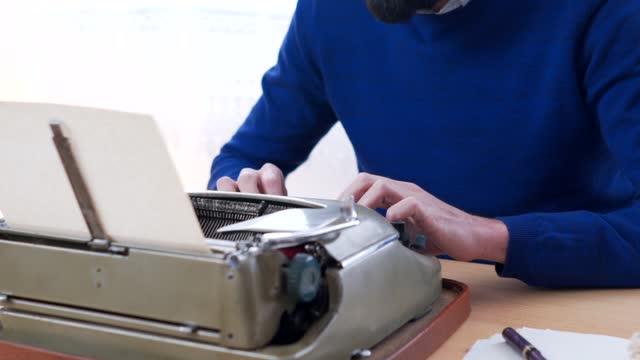 uso della macchina da scrivere - letteratura video stock e b–roll