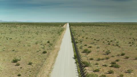 stockvideo's en b-roll-footage met grens tussen de verenigde staten en mexico in de woestijn van new mexico - omwalling