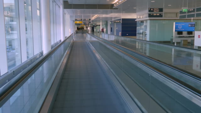 stockvideo's en b-roll-footage met april 2020: usually busy during the morning, the munich airport has become a deserted place, since almost all international flights have been... - münchen vliegveld