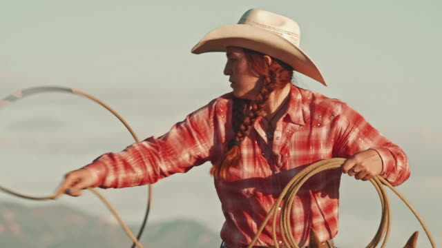 utah  cowgirl with lasso - potere femminile video stock e b–roll
