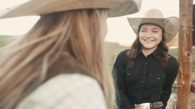 utah cowgirls freunde - cowboyhut stock-videos und b-roll-filmmaterial
