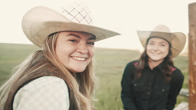 stockvideo's en b-roll-footage met utah cowgirls vrienden - cowboyhoed