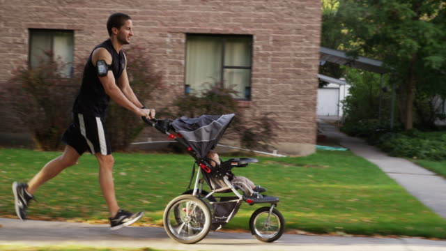 vídeos de stock e filmes b-roll de usa, utah, provo, father jogging with son (6-11 months) in stroller - papa