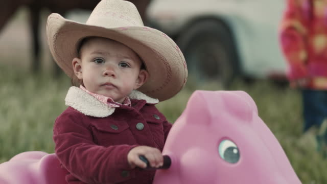 stockvideo's en b-roll-footage met utah rancher baby - cowboyhoed