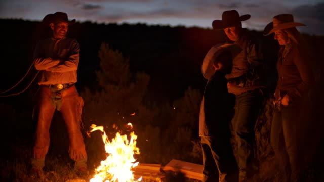 vídeos de stock, filmes e b-roll de família de fazendeiro utah pela fogueira - ranch