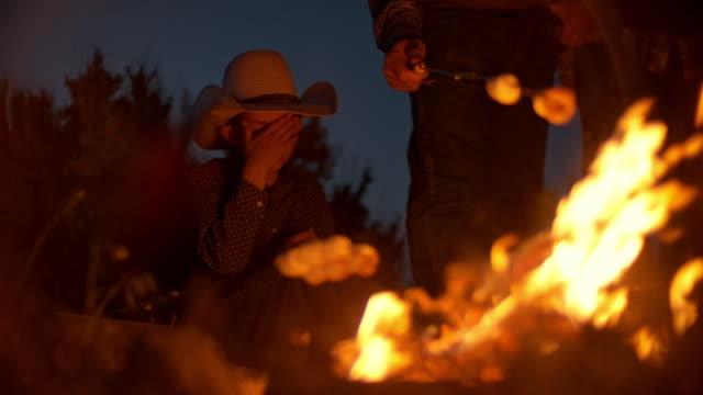 Utah Rancher Familie am Lagerfeuer