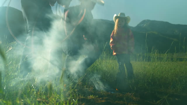 stockvideo's en b-roll-footage met utah rancher familie door het vuur - cowboyhoed