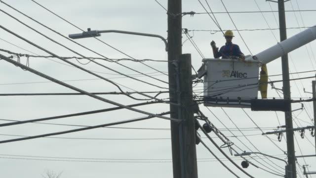 utility worker repairing power line - addetto alla manutenzione video stock e b–roll