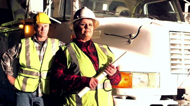夜、トラックのそばに立ってユーティリティの労働者 - 整備員点の映像素材/bロール
