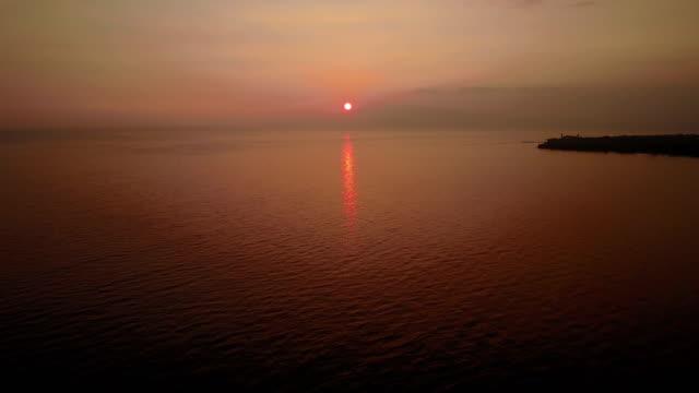 vídeos de stock, filmes e b-roll de absolutamente calmo mar refletindo a luz do pôr do sol costa de maui - wide