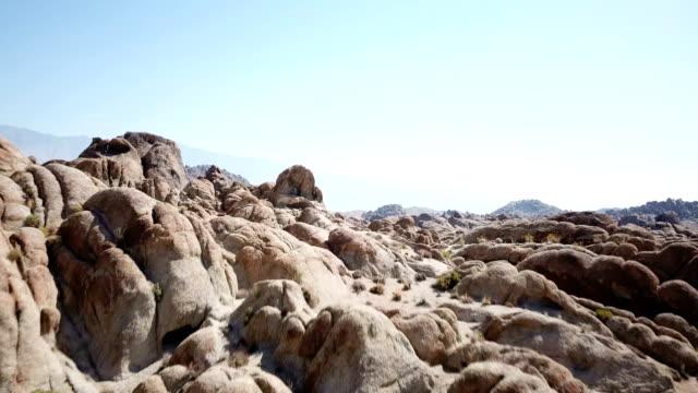 vídeos y material grabado en eventos de stock de cielo azul completamente claro sobre formaciones rocosas irregulares en california - oasis desierto
