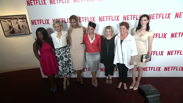 stockvideo's en b-roll-footage met uzo aduba taylor schilling laverne cox and selenis leyva casting director jennifer euston kate mulgrew and laura prepon at orange is the new black... - ensemble lid