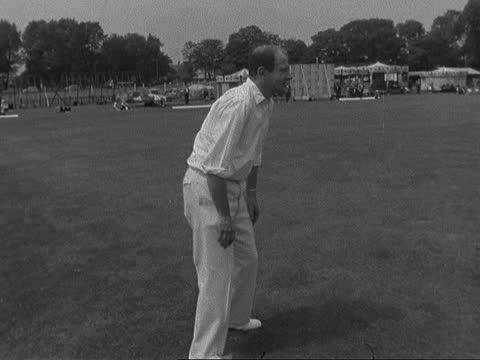 v bbc cricket match; england, london, east acton: ext itn team out to field john tidmarsh walks to bat gv game in progress huw thomas bowls lms waldo... - peter snow bildbanksvideor och videomaterial från bakom kulisserna