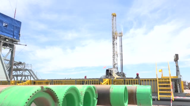 stockvideo's en b-roll-footage met vaca muerta in central argentina is a continuous shale oil and gas reservoir - schalie