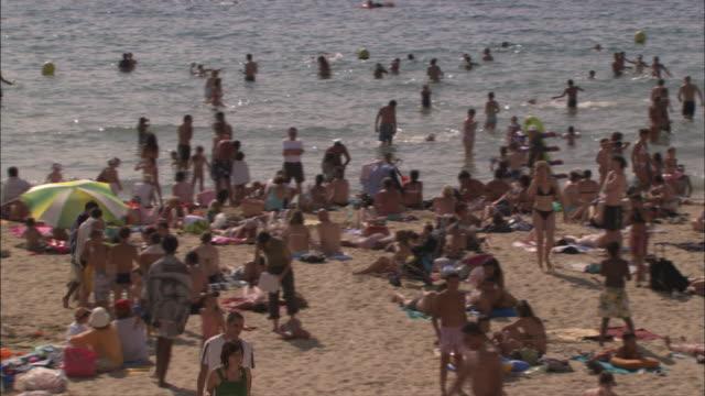 vidéos et rushes de vacationers crowd a beach in marseille. - marseille
