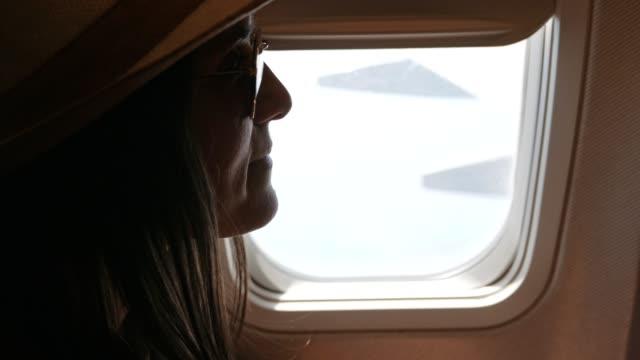 vidéos et rushes de les vacances commencent. voler avec un avion - hublot