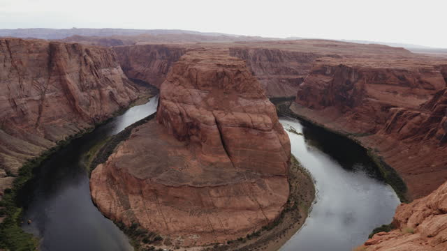 vídeos de stock e filmes b-roll de vacations in the usa southwest: horse shoe bend and the colorado river - grand canyon national park